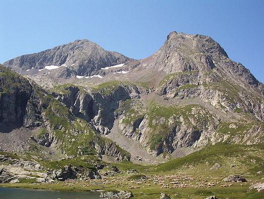 Le sommet du Taillefer, le col du du Grand Van et le Petit Taillefer depuis le plateau des lacs.